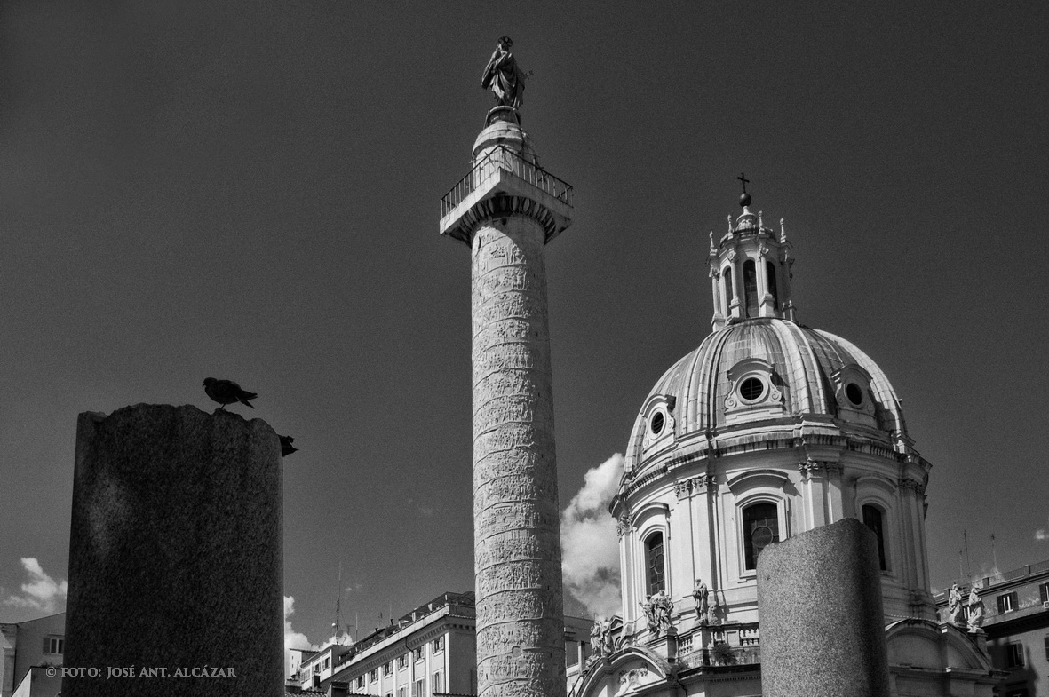 Columna de Trajano, y Iglesia Santo Nombre de María (Roma 2011)
