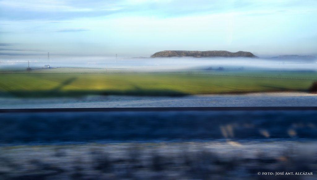 Foto de un paisaje desde la ventana del tren.